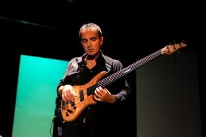 Ric Fierabracci (bass)